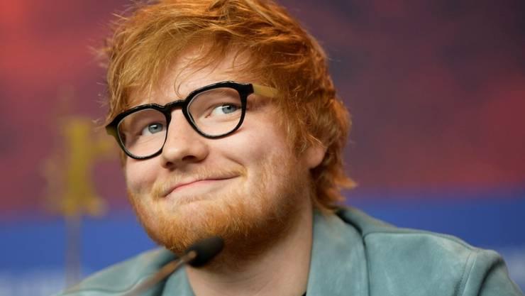 """Für einen guten Zweck: Der britische Sänger Ed Sheeran hat bei seinem """"Kumpel"""" Prinz Harry geläutet."""
