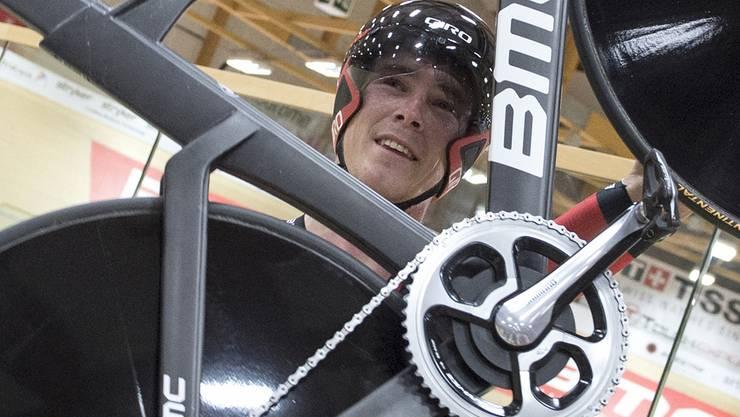 Auf seinem Rad hat er sich zuvor genau 60 Minuten lang gequält.