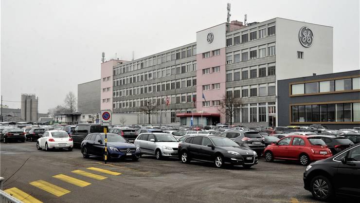 Das Werk von General Electric in Oberentfelden bleibt vorerst bestehen, der Parkplatz ist voll.