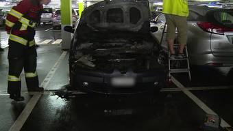 Rund 60 Einsatzkräfte mussten für ein brennendes Auto im Bahnhofparking Aarau ausrücken.