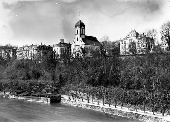 Die Stadt Baden anno 1920: Blick auf die Limmatpromenade, den Bahnhofplatz mit der alten Hauptpost, die reformierte Kirche und die Villa Egloffstein der Familie Merker (rechts).