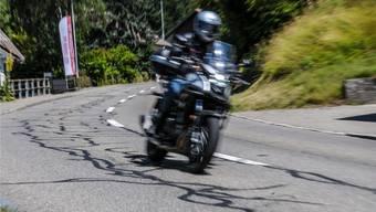Für Biker sind mit Bitumenstreifen geflickte Strassen, wie hier auf der Büttikerstrasse in Sarmenstorf, sehr gefährlich. Sie werden nicht nur bei Nässe rutschig, sondern auch bei Temperaturen um 30 Grad.