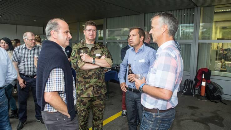 Thomas Häring (Leiter Verkauf SZ), Aldo Schellenberg (Chef Luftwaffe), Daniel Schaad (Personalchef Luftwaffe), Markus Boss (CEO Regiobank) beim Apero vor dem Medienhaus in Solothurn.