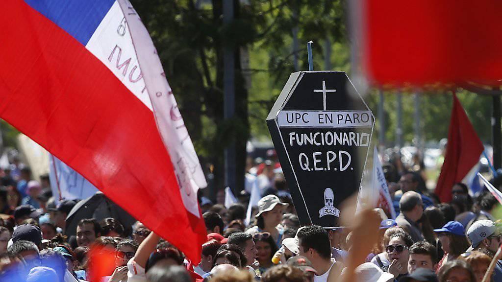Tausende Beamten beteiligen sich am Streik in Chile: Die Hauptstadt des Landes versinkt daher im Müll.
