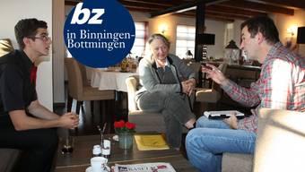 «Wir sind keine Schlafgemeinde, wir haben ein tolles Angebot hier», sagt Maja Samimi aus Binningen in der Stammtischrunde mit dem aus Bottmingen stammenden Marco Schiliro (l.) und bz-Redaktor Andreas Hirsbrunner.