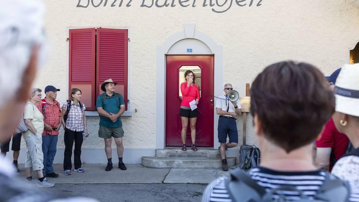 Maria Brehmer und Roman Würsch von der AZ begrüssen die 125 Teilnehmer der 3. Etappe AZ-Leserwandern von Lohn-Lüterkofen nach Lüterswil, am 15. Juli 2018.