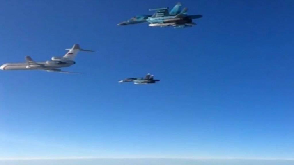 Russische Su-34-Kampfjets bei einem Manöver mit einem Transportflugzeug (Symbolbild).