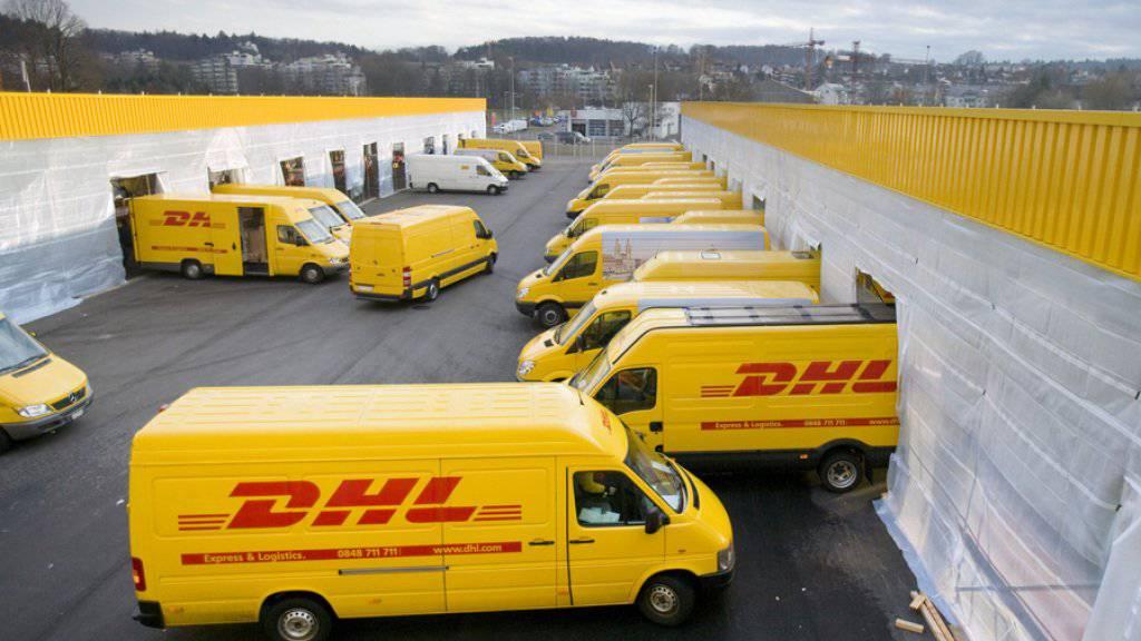 Die Post erhält hierzulande Konkurrenz im boomenden Paketmarkt. Der deutsche Paketdienst DHL plant ein eigenes Netz mit 1000 Abholstellen. (Archivbild)
