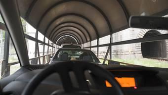 Ein Autoverlad durch den Gotthard käme laut einer Gruppe von unabhängigen Ingenieuren und Experten günstiger als der Bau eines zweiten Strassentunnels. Im Bild ein Autoreisezug durch den Simplon. (Archiv)