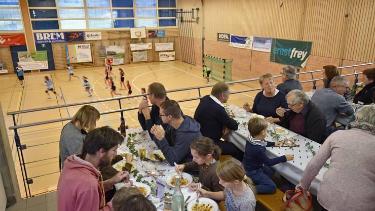 Feine Spaghetti auf der Tribüne und attraktiver Handballsport in der Halle.