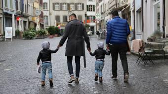 Die beiden Papis Michael und Roshan in der Lenzburger Altstadt mit ihren Zwillingskindern Rafael und Rahul. Bild: Carolin Frei/Lenzburger Bezirks-Anzeiger
