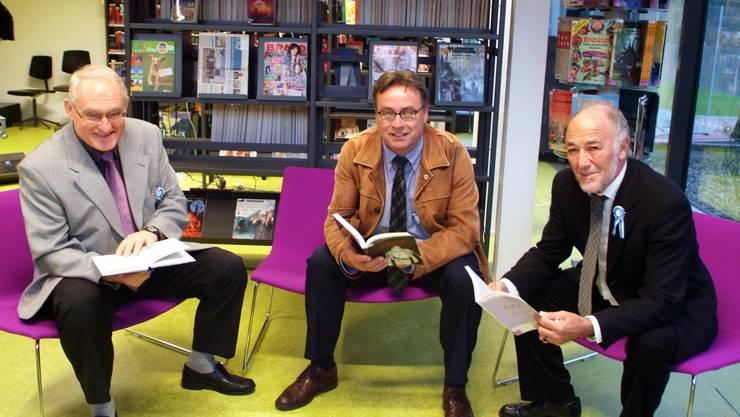 Lesepause: Sie geniessen das neue Lesezentrum (von links): Gemeindepräsident Ewald Fartek, Regierungsrat Urs Wüthrich und Eduard Kohler, Präsident der Baukommission.