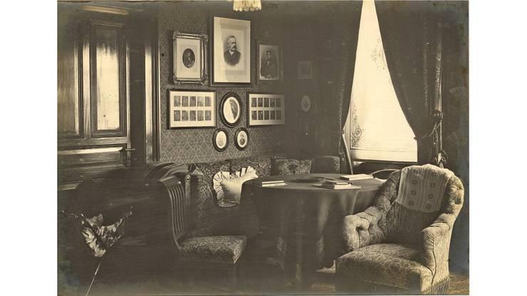 Ein Wohnzimmer um 1901 - durchschnittlich wurde dies von fünf Personen genutzt.