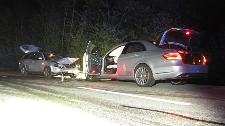 Der Lenker des entgegenkommenden Autos verletzte sich leicht und wurde durch die Ambulanz ins Spital überführt.