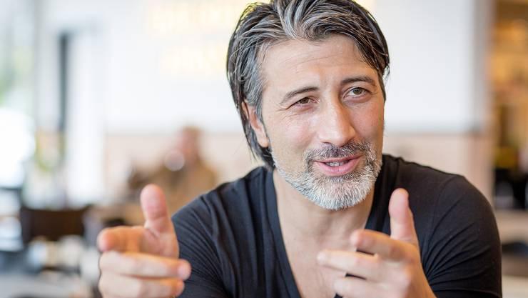 Er verfolgt den Fussball aus der Distanz: Murat Yakin ist seit einem Jahr Hausmann, stolzer Vater und sehr entspannt.