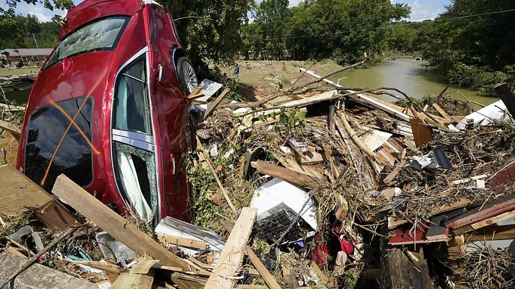 Ein Auto steckt in den Trümmern einer weggespülten Brücke in Waverly, Tennessee. Foto: Mark Humphrey/AP/dpa