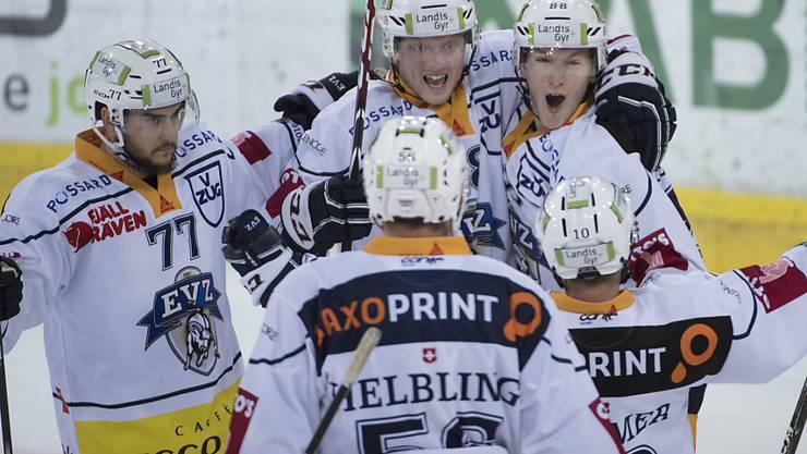 Zugs Robin Grossmann, Timo Helbling, Carl Klingberg, Sven Senteler und Dominic Lammer (von links) jubeln über einen Treffer auswärts gegen die SCL Tigers