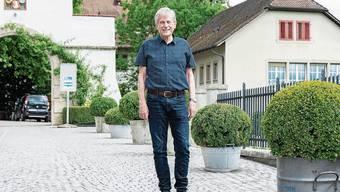 Der frisch pensionierte Bernhard Plattner vor dem Schloss Biberstein.