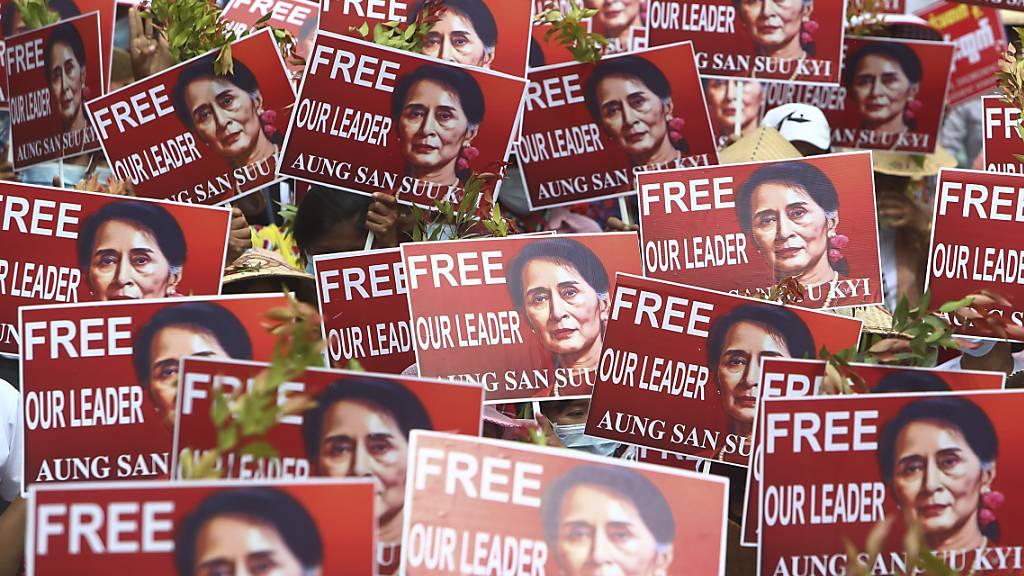 Die Protestgruppen in Myanmar fordern die sofortige Freilassung der ehemaligen Regierungschefin Aung San Suu Kyi.