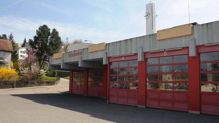 Wo die Feuerwehrleute dereinst parkieren, wenn die Plätze der katholischen Kirche (hinten) wegfallen, ist noch offen.