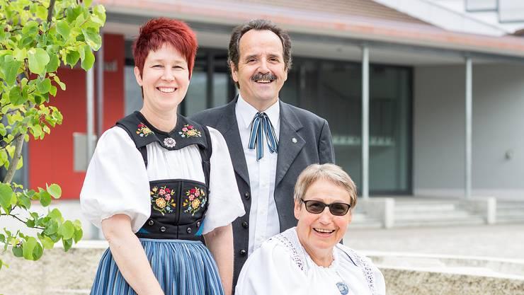 Yvan Mayor, Martha Jeremias (sitzen) und Agnes Hartmann von der Trachtengruppe Möriken-Wildegg organisieren zum Tag der Tracht ein Tanzfest auf dem Yul-Brynner-Platz in Möriken.