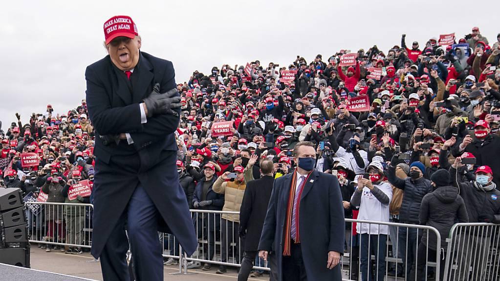 Donald Trump, Präsident der USA, gestikuliert während einer Wahlkampfveranstaltung am Michigan Sports Stars Park.
