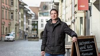 Der neue Präsident des Einwohnerrats Sven Ammann vor seinem Betrieb «s'Bärli» im Herzen der Stadt Lenzburg.