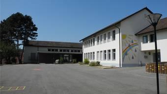Eine Option für mehr Platz: Zwischen Schulhaus (r.) und Turnhalle (hinten) könnte das Gebäude aufgestockt werden.