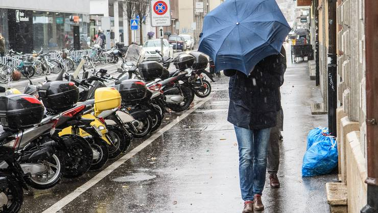 Der Wintersturm «Burglind» führte in der Region Basel unter anderem zu Störungen im öffentlichen Verkehr. Schirme mussten festgehalten werden.