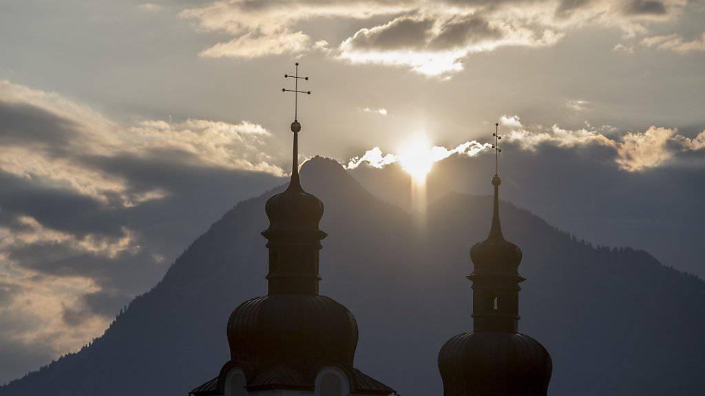 Kurz nach 6.32 Uhr am Donnerstagmorgen schien die Sonne zur Sommersonnenwende durch den Einschnitt zwischen den zwei Bergkuppen des Stanserhorns auf die Pfarrkirche von Sarnen.