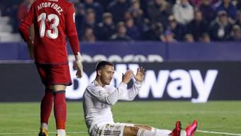 Wird das Verletzungspech in dieser Saison nicht los: Real Madrids Stürmer Eden Hazard (auf dem Boden sitzend)