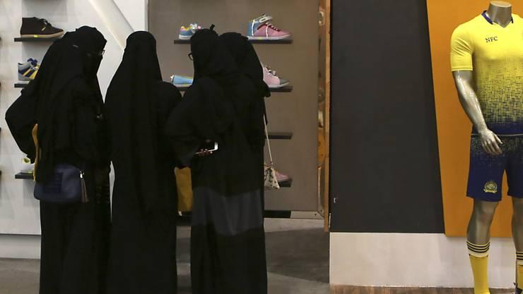 Saudische Frauen beim Einkaufen in einem Zentrum in Riad. (Archivbild)