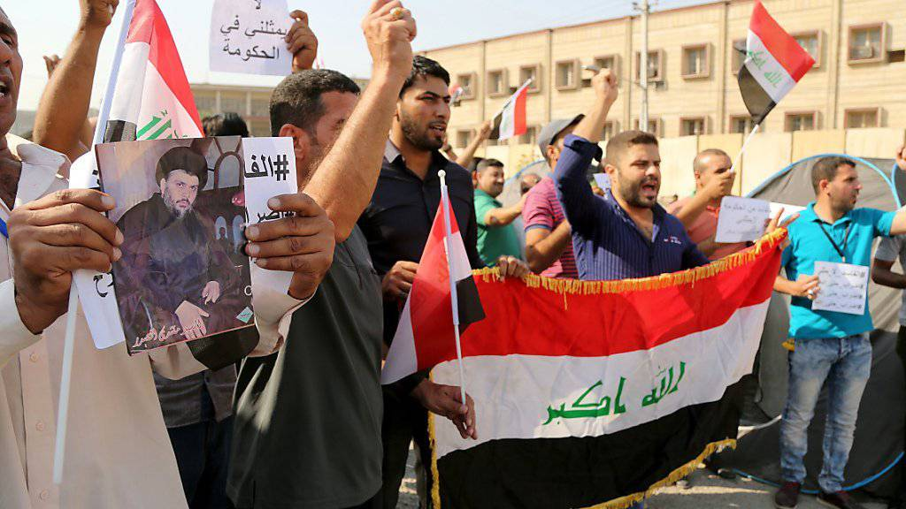 Iraker demonstrieren vor Regierungsbüros in Bagdad gegen die Korruption im Land.