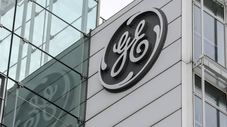 In Frankfurt protestieren am Freitag Hunderte entlassene GE-Mitarbeiter gegen ihren Arbeitgeber. (Archivbild)