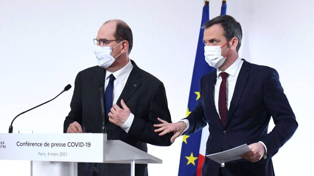 Frankreichs Premierminister Jean Castex (l) und Gesundheitsminister Olivier Veran bei einer Pressekonferenz in Paris. Foto: Alain Jocard/AFP/dpa