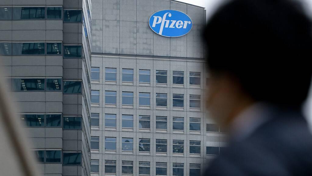 Das Logo des US-Pharmakonzerns Pfizer prangt an der Fassade eines Bürogebäudes im Stadtteil Shinjuku in Tokio. Foto: Cezary Kowalski/SOPA Images via ZUMA Wire/dpa
