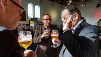 Alex Künzle erklärt Stadtpräsident Kurt Fluri und Gastkünstler Philipp Galizia seine Sicht des Biers. Hanspeter Bärtschi