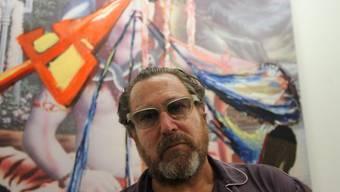 """Julian Schnabel posiert 2011 in Venedig vor seinem Kunstwerk """"Bez #1"""" (Archiv)"""
