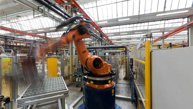 Voll im Trend: Automatische Fertigungszellen wie diese im Schaffhauser Werk von GF Piping Systems. Gaetan Bally/Keystone