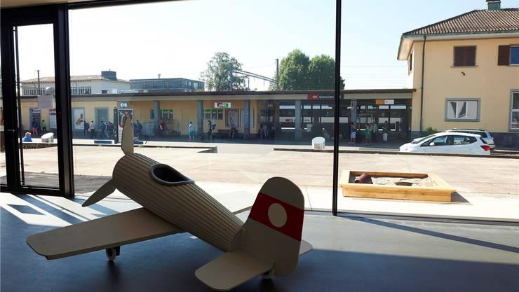 Typisch Grenchen, Spielflugzeug und Sandkasten, könnte man sinnieren. Sebastian Utzni zeigt mit dieser Installation etwas ganz anderes, Erschreckendes.