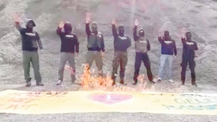 Hier verbrennen Vermummte ein Plakat, das den Demo-Zug in Schwyz hätte anführen müssen, aber noch vor dem Start gestohlen wurde.