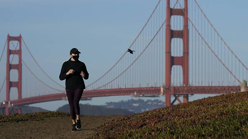 ARCHIV - Ein neues Handgeländer an der 84 Jahre alten Konstruktion entlockt der Golden Gate Bridge bei starkem Wind ungewöhnliche Töne. Foto: Jeff Chiu/AP/dpa Foto: Jeff Chiu/AP/dpa