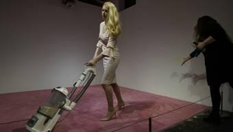 """Künstlerin Jennifer Rubell hält ihr Werk """"Ivanka Vacuuming"""", bei dem Zuschauer einer staubsaugenden Frau Krümel hinwerfen können, für """"genüsslich"""". Die Familie Trump dagegen beschimpft es als sexistisch."""
