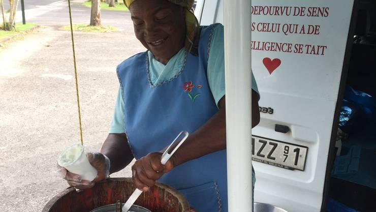 Die 75-jährige Emerance Fabroni macht täglich frisches Kokoseis in Deshaies. Dieses gibt`s im Plastikbecher für 2.20 Euro.