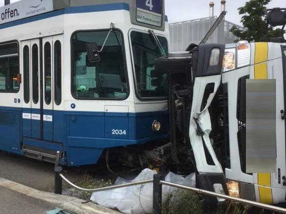 Zürich, 11. Juli: Durch den Aufprall mit dem Tram kippte der Lastwagen zur Seite. Der Chauffeur wurde dabei leicht verletzt.