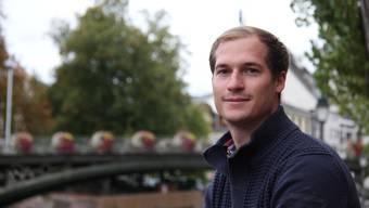 Patrick Romann posiert am Kanal rund um das Alstädtchen von Strassburg.