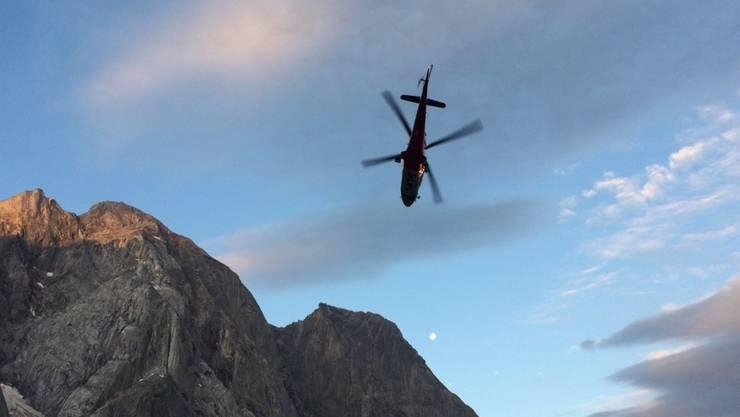 Der in Brigels im Bündner Oberland abgestürzte Gleitschirmpilot wurde mit einer Winde geborgen. Er verletzte sich beim Unfall schwer. (Symbolbild)