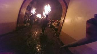 Mitten im Funkenregen: Mit einem Chienbäse-Träger über die Umzugsroute durchs Stedtli