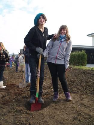 Arlinda und Iris haben Spass beim Heckenpflanzen