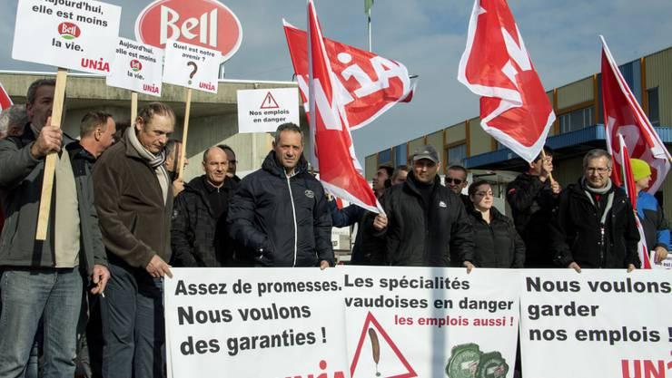 Bell-Angestellte und Gewerkschafter demonstrieren vor der Fleischfabrik in Cheseaux bei Lausanne, die das Unternehmen schliessen will.
